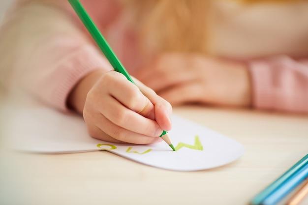 Perto da menina irreconhecível fazendo cartão feito à mão para o dia das mães, copie o espaço