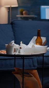 Perto da mesa com comida e bebida que sobrou na mesa da miséria