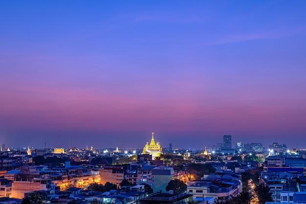 Perto da montanha dourada em bangkok com o pôr do sol