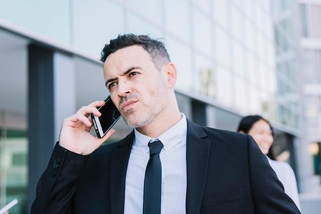 Perto da pessoa que faz negócios telefonando