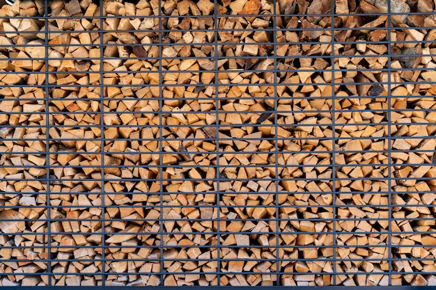 Perto da pilha ordenadamente empilhada de lenha, boa para textura de fundo ou protetor de tela de papel de parede. produto de madeira natural
