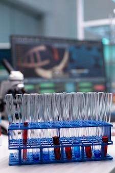 Perto da prateleira de tubos com tubos de ensaio na mesa do laboratório