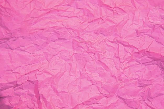 Perto da ruga rosa amassada velha com fundo áspero de textura de página de papel.