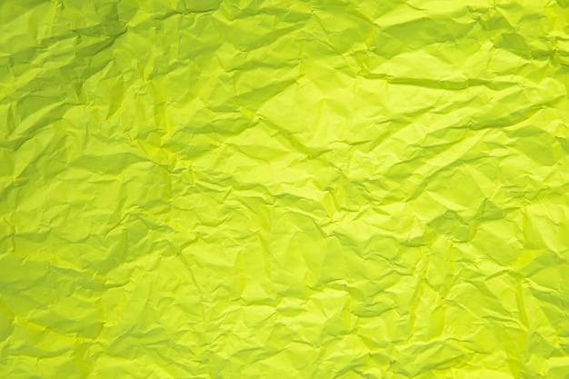 Perto da ruga verde amassada velha com fundo áspero de textura de página de papel.