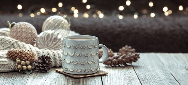 Perto da taça de natal e uma decoração festiva em fundo desfocado escuro com bokeh.