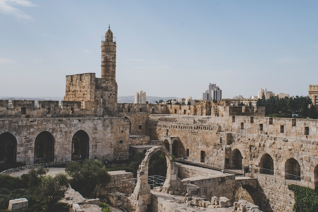 Perto da torre de davi e das antigas muralhas da cidade de jerusalém contra o céu claro. antiga cidadela judaica na entrada da cidade velha de jerusalém. jerusalém, israel.