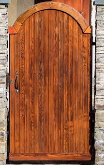 Perto da velha porta de madeira com decoração de metal.