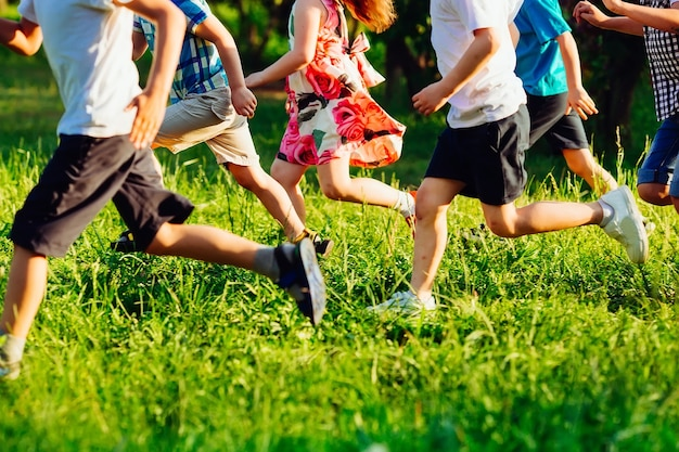 Perto das pernas de crianças atropeladas no campo de grama.