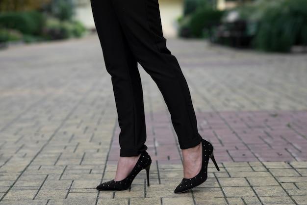 Perto das pernas de uma mulher de negócios. conceito de moda.