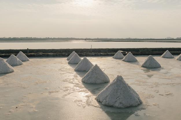 Perto das pilhas de sal em uma fazenda de sal da água do mar
