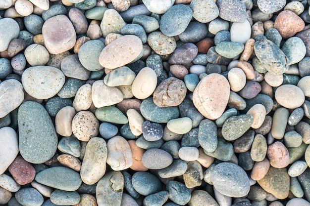 Perto das rochas arredondadas e polidas da praia.