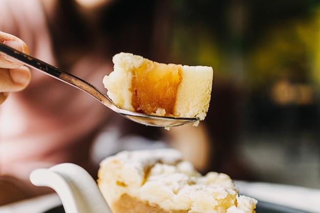 Perto de apple crumble cake no escuro café clássico.