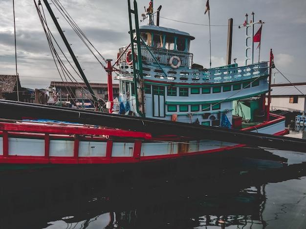 Perto de barco de pesca no mar. um barco de pesca de trabalho para a venda no beira-mar. barco de pesca usado.