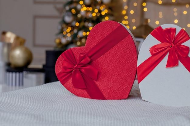 Perto de caixas de presente em forma de coração. caixas de presente em forma de coração no dia dos namorados.