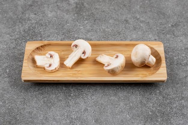 Perto de cogumelos champignon.