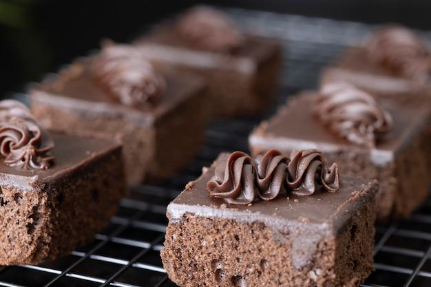 Perto de cubos de brownie de chocolate em uma prateleira de separação.