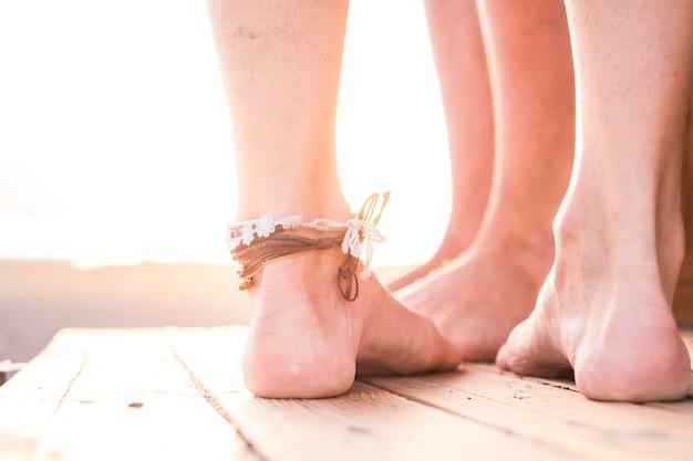 Perto de dois pares de pés juntos em amor e relacionamento