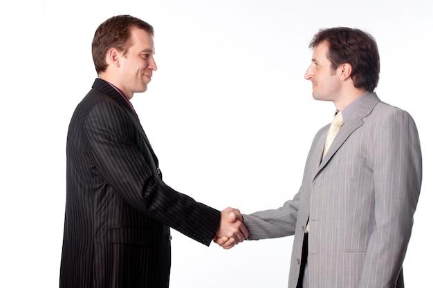 Perto de empresários apertando as mãos