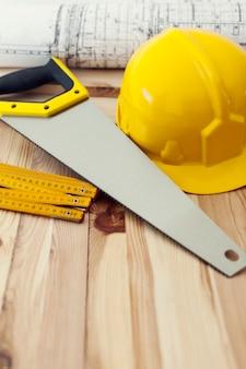Perto de ferramentas amarelas na mesa de madeira