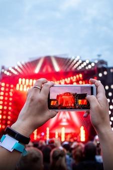 Perto de fotografar com smartphone durante um show.