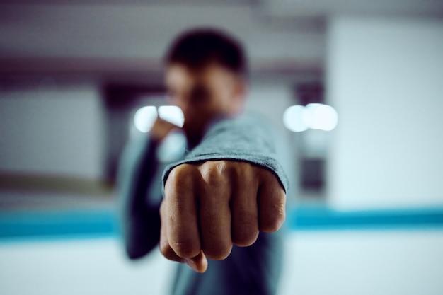 Perto de homem forte caucasiano lutando.