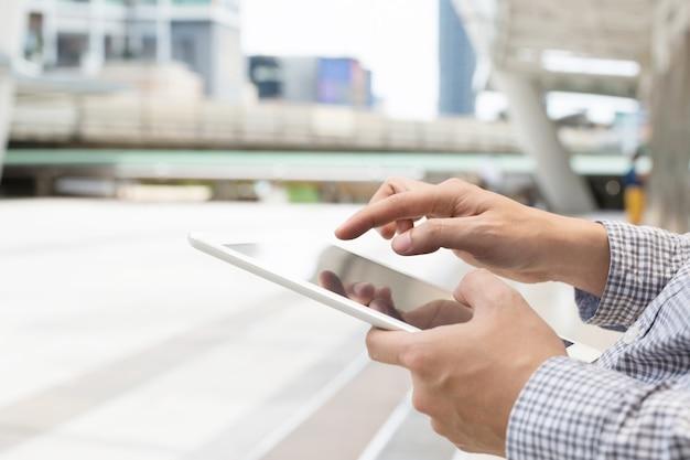 Perto de jovem asiático usando o tablet. ou homem de negócios entre em contato com o cliente