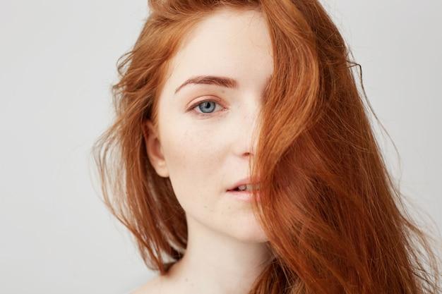 Perto de jovem concurso garota bonita com cabelo vermelho.