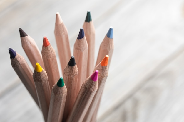 Perto de lápis de cor para desenhar no espaço da cópia de fundo desfocado.