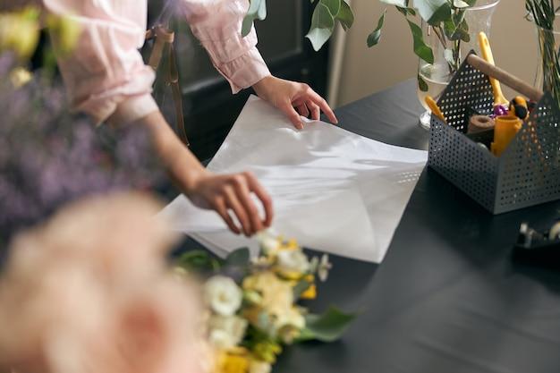 Perto de lindas flores na mesa da floricultura