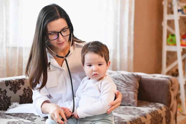 Perto de médica com estetoscópio, ouvindo os batimentos cardíacos ou a respiração do paciente em casa