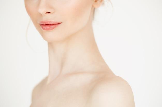 Perto de menina bonita nua com a pele limpa, saudável. copie o espaço. cosmetologia e spa.