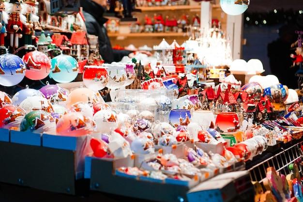Perto de muitos brinquedos - mercado de natal em praga, república tcheca