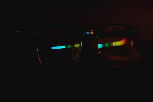 Perto de óculos com reflexo colorido