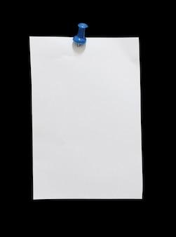 Perto de papel velho rasgado com alfinete