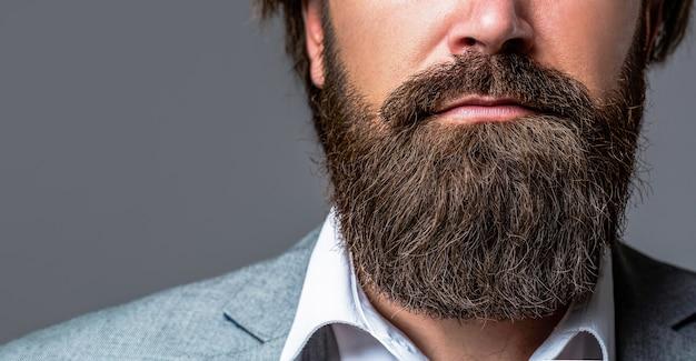 Perto de um belo homem barbudo