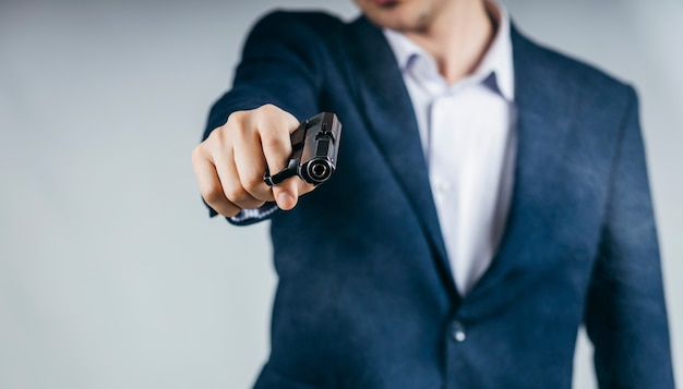 Perto de um empresário segurando uma arma