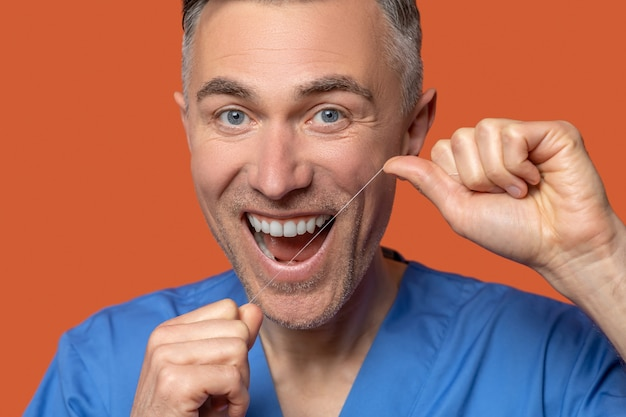 Perto de um homem feliz com fio dental
