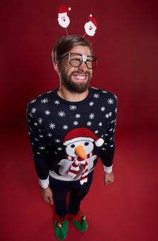 Perto de um homem sorridente vestido com roupas de natal