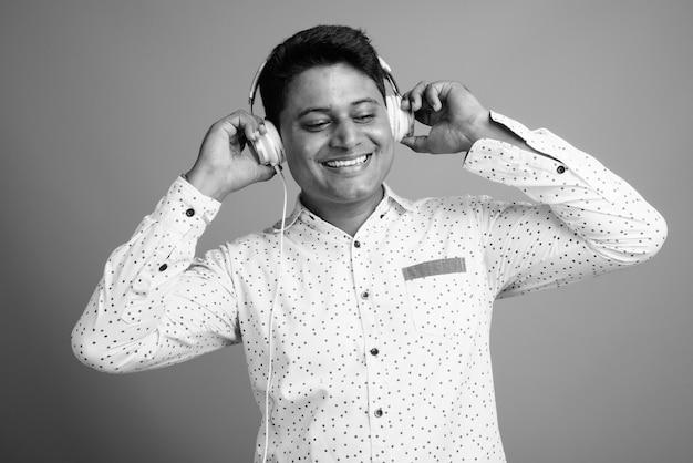 Perto de um jovem empresário indiano ouvindo música