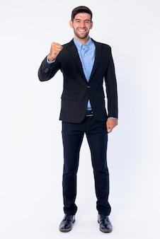 Perto de um jovem empresário persa barbudo bonito em um terno isolado