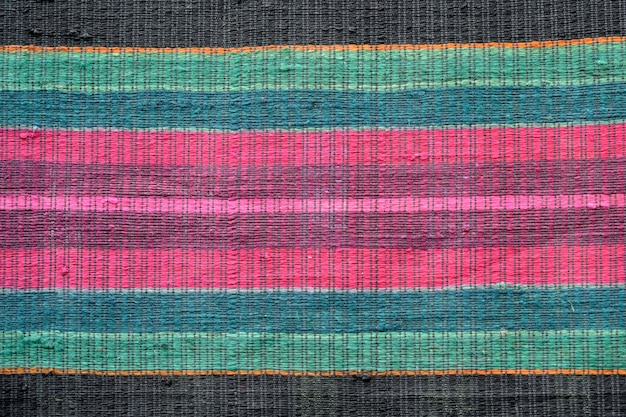 Perto de um lindo tapete multicolorido feito à mão e colorido Foto Premium