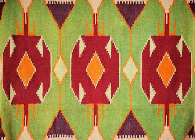 Perto de um lindo tapete multicolorido feito à mão e colorido