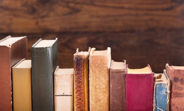 Perto de um livro antigo em uma estante