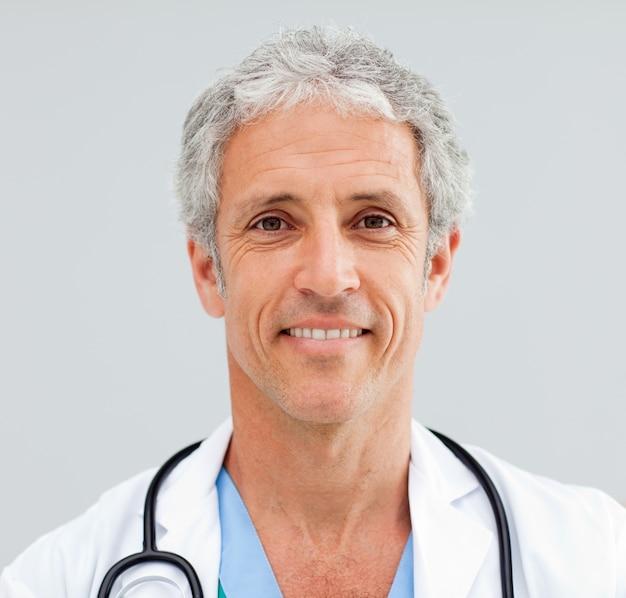 Perto de um médico idoso feliz