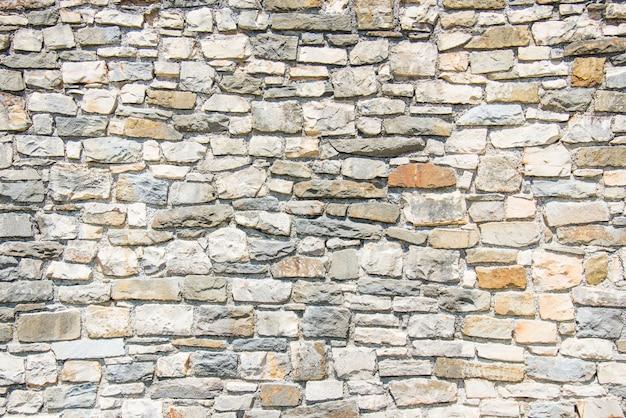 Perto de um muro de pedra.