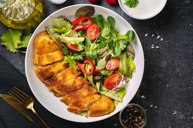 Perto de um prato com delicioso bacalhau à milanesa