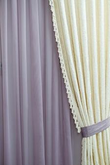 Perto de uma cortina. parte da cortina perto da janela. tule para janelas