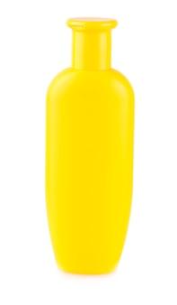 Perto de uma garrafa amarela em fundo branco com traçado de recorte