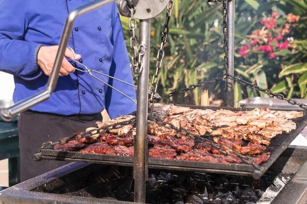 Perto de uma grande churrasqueira ao ar livre para o conceito de negócio de restaurante ou catering