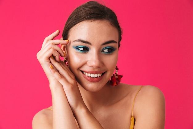 Perto de uma jovem bonita com maquiagem brilhante